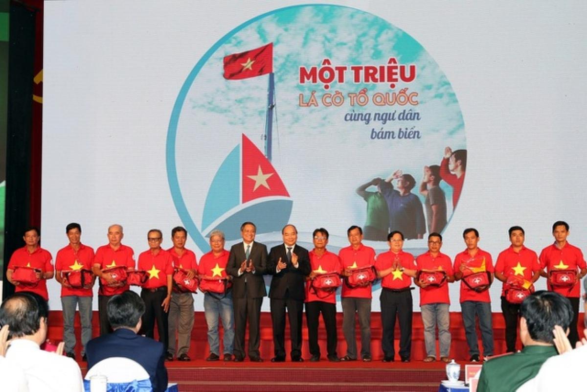 Thủ tướng Nguyễn Xuân Phúc (nay là Chủ tịch nước) tặng cờ Tổ quốc các ngư dân tiêu biểu tỉnh Kiên Giang ngày 29/7/2019.Ảnh: Quang Liêm.