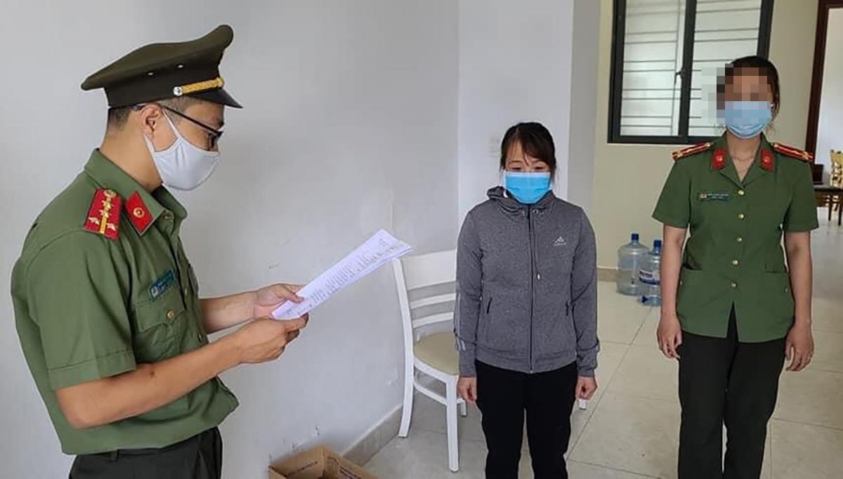 Cơ quan An ninh điều tra, Công an Đà Nẵng đọc lệnh khởi tố và bắt giam Nguyễn Thị Kim Anh.