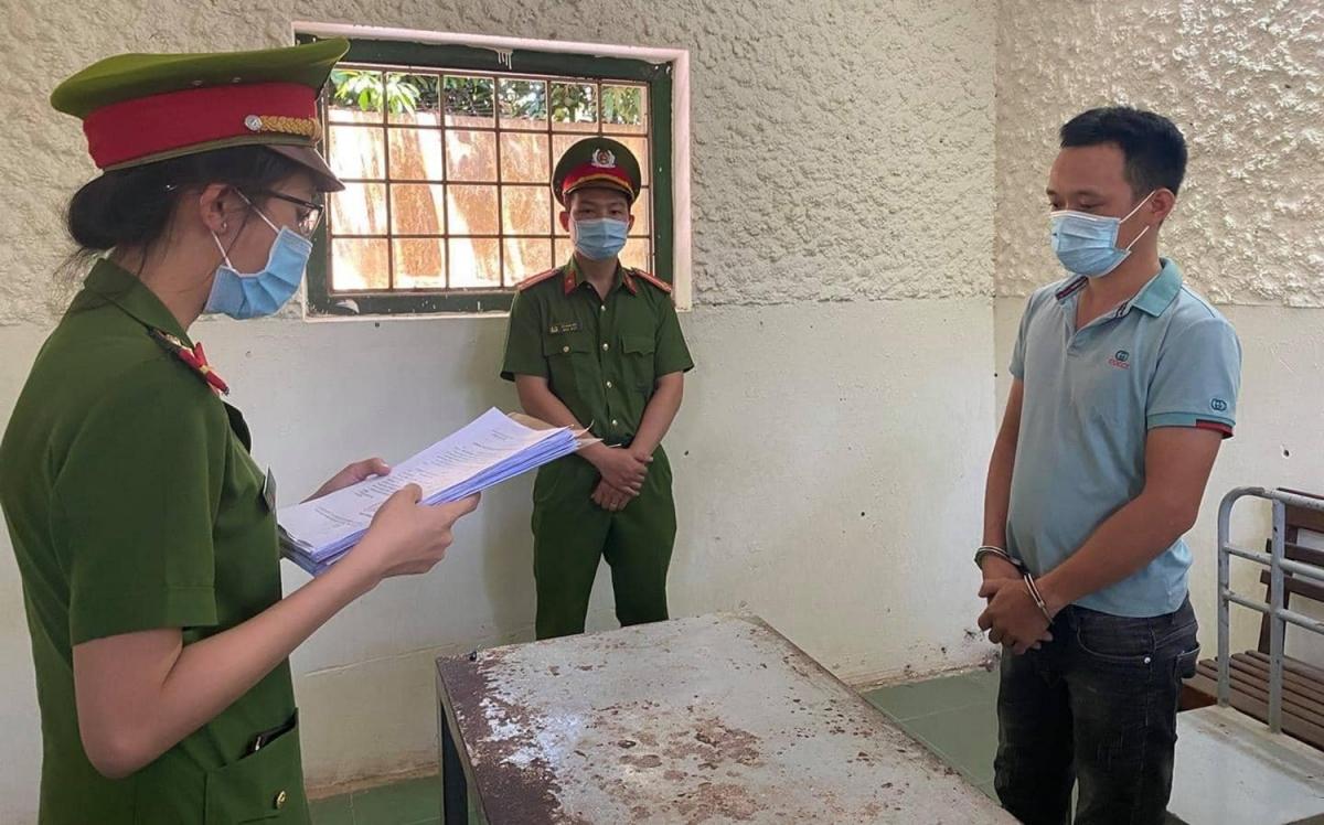 Công an huyện Hòa Vang đọc lệnh khởi tố bắt tạm giam Nguyễn Quốc Tuấn.