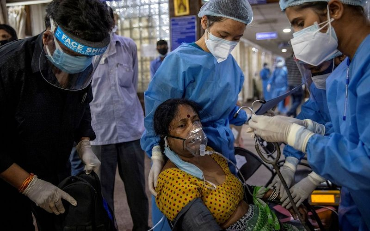 Một bệnh nhân Covid-19 được điều trị bên trong khu vực cấp cứu tại Bệnh viện Holy Family, ở New Delhi, Ấn Độ, ngày 29/4/2021. (Ảnh: Reuters)