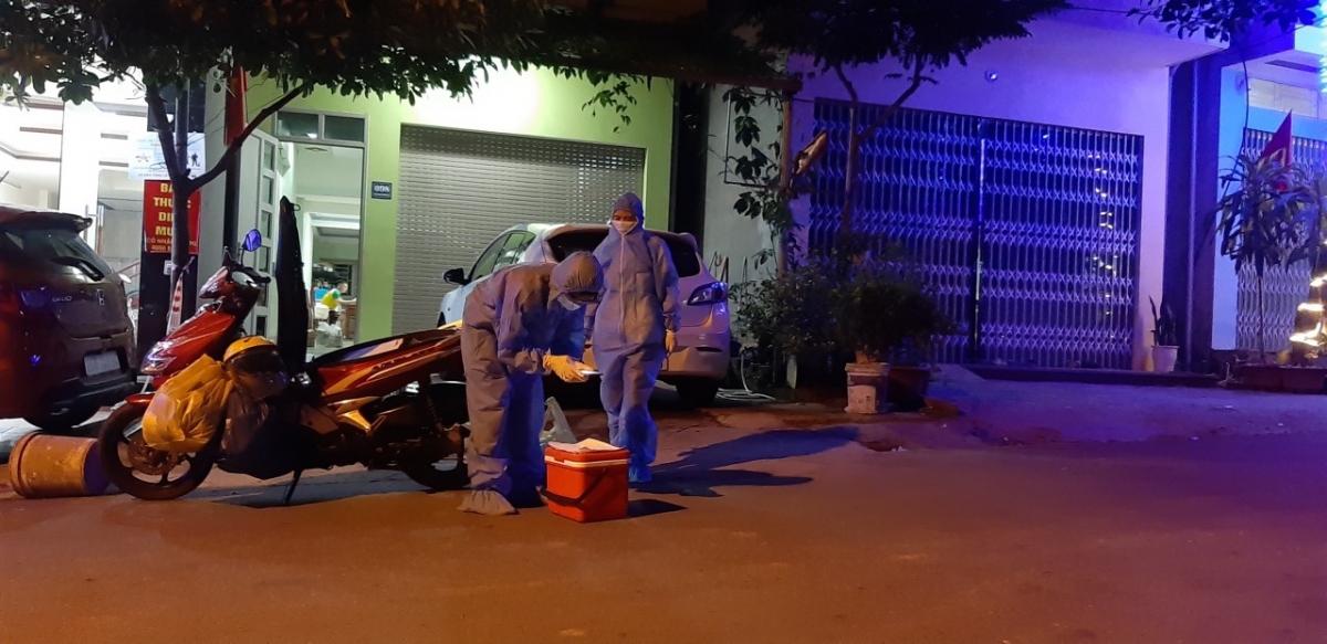 Lực lượng y tế Lào Cai truy vết trong đêm 21/6 (ảnh: Hồng Loan)