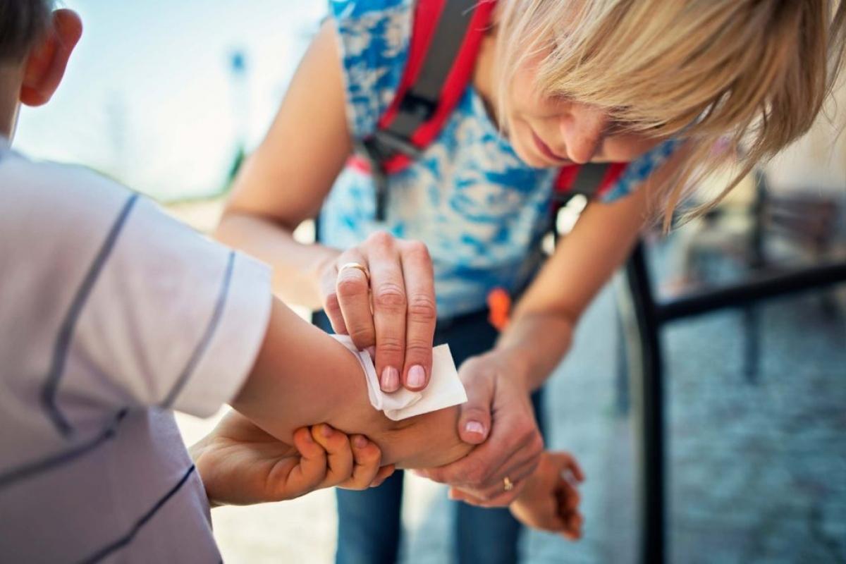 Bạn dùng xà phòng để làm sạch vết thương: Các loại xà phòng bình thường có thể gây kích ứng vùng da bị tổn thương, làm chậm quá trình lành vết thương, từ đó dẫn đến nhiễm trùng. Khi sơ cứu, bạn nên tránh sử dụng các chất tẩy rửa mạnh.