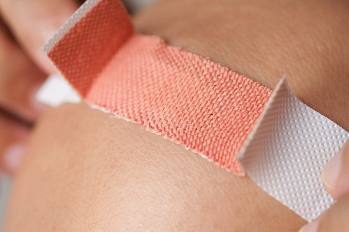 """Bạn không băng vết thương: Việc không dán băng cá nhân tại vết xước để """"da được thở"""" là một quan niệm sai lầm. Điều này sẽ khiến vết thương dễ tiếp xúc với những vi khuẩn gây viêm nhiễm hơn. Bạn nên băng vết thương và giữ cho vùng da tổn thương luôn đủ ẩm."""