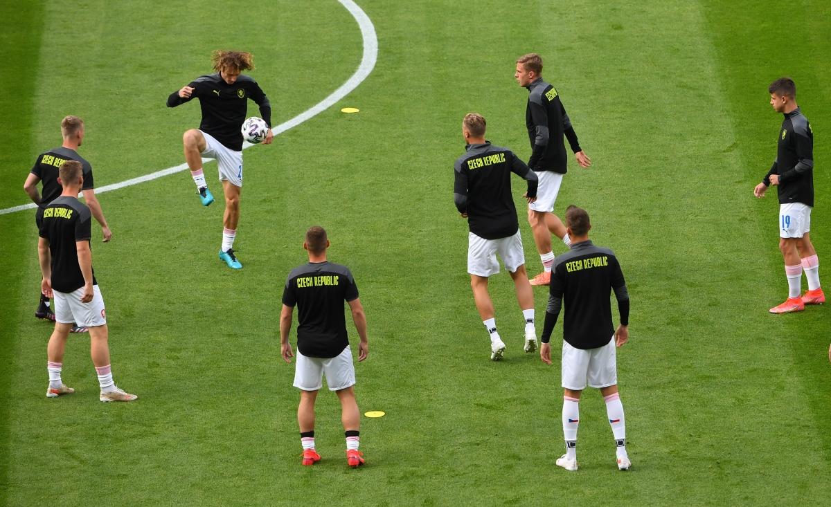 Cầu thủ hai đội khởi động trước trận. (Ảnh: Reuters).