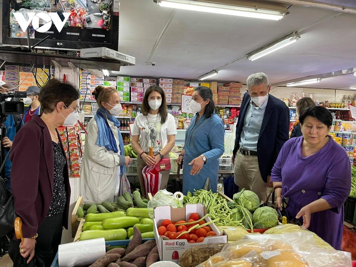 Members of the DSA visit a Vietnamese stall at Sapa trading centre.