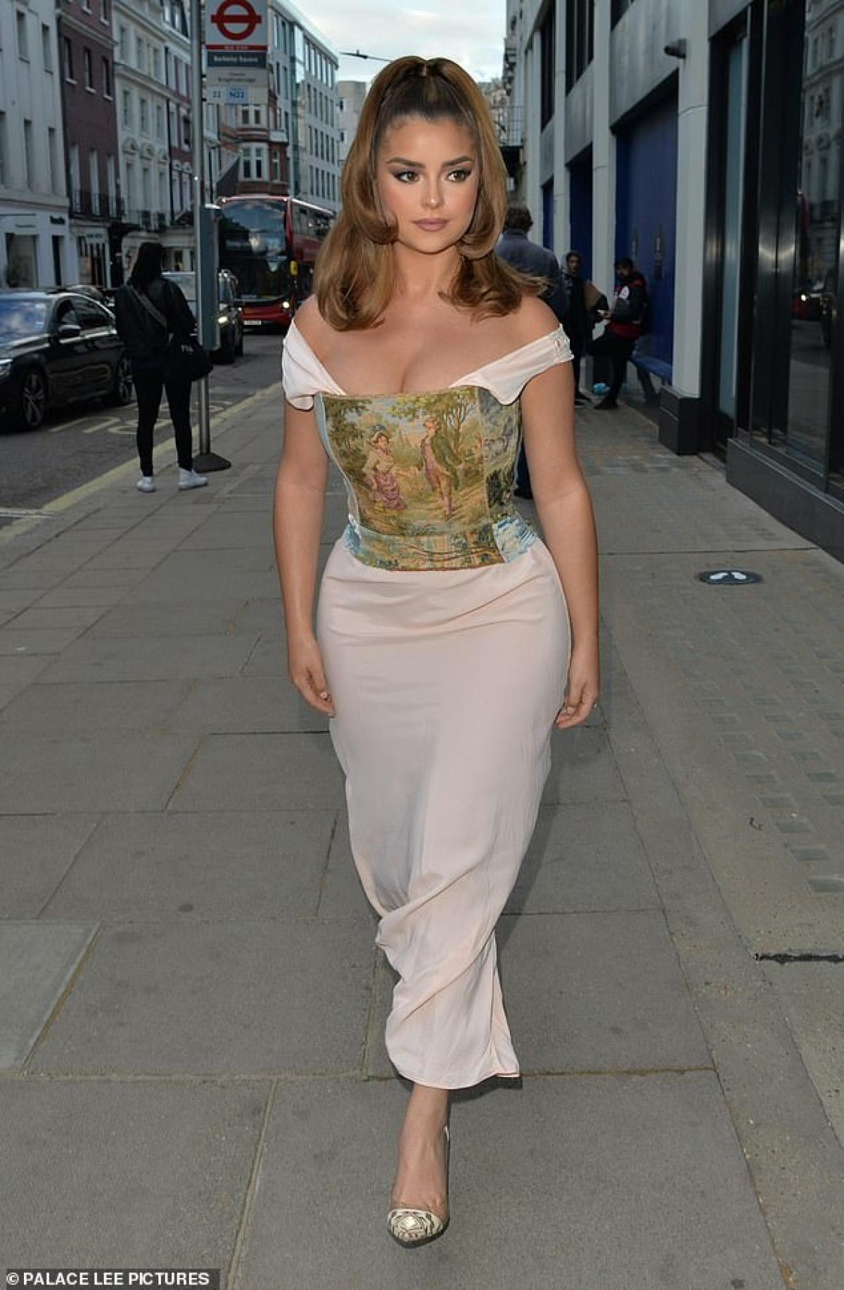 Demi Rose xuất hiện trên đường phố Anh hôm 9/6 vừa qua.