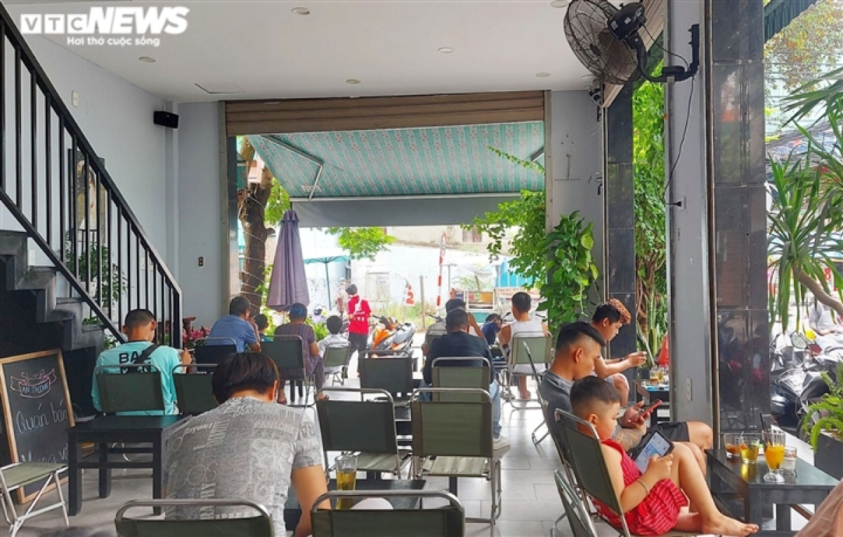 People continue to maintain a safe distance in most coffee shops across the city, strictly following COVID-19 guidelines set out by the Health Ministry.