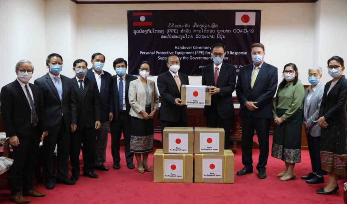 Đại sứ Nhật Bản tại Lào trao tặng hàng viện trợ cho ngành y tế Lào chống dịch (Ảnh: ĐSQ Nhật Bản).