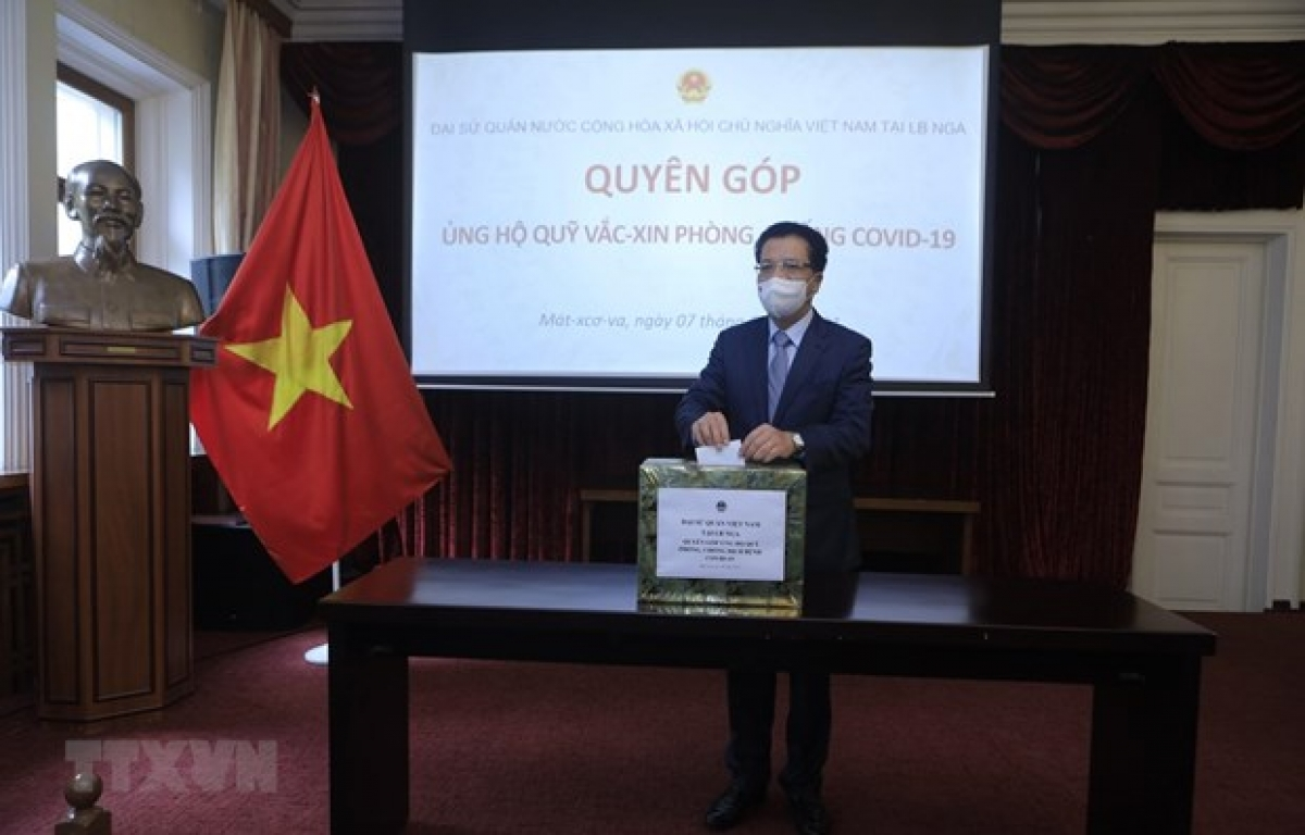Vietnamese Ambassador to Russia Dang Minh Khoi donates for the fund