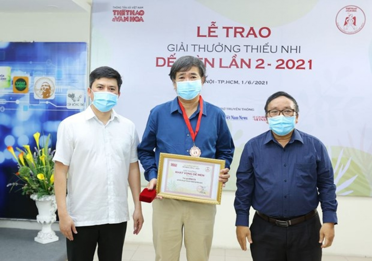 Writer Binh Ca (C) receives Cricket Desire award