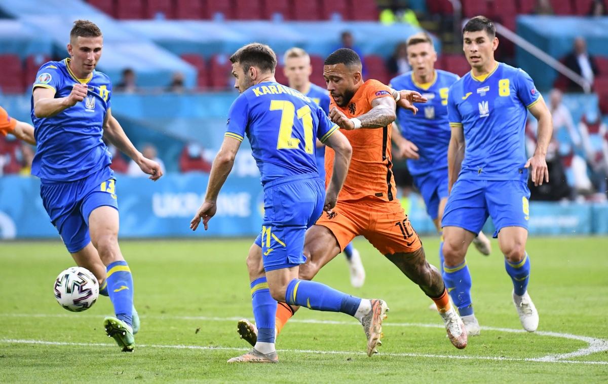 Dù vậy, đoàn quân của HLV De Boer đã thể hiện hoàn toàn khác khi được đá trên sân nhà Johan Cruyff. Oranje tấn công phóng khoáng và tạo nên những sức ép về khung thànhUkraine. Đại diện Đông Âu cũng nỗ lực để chơi đôi công và tạo nên thế trận hấp dẫn trong hiệp 1. Tiếc là không có bàn thắng nào được ghi trong 45 phút đầu tiên.