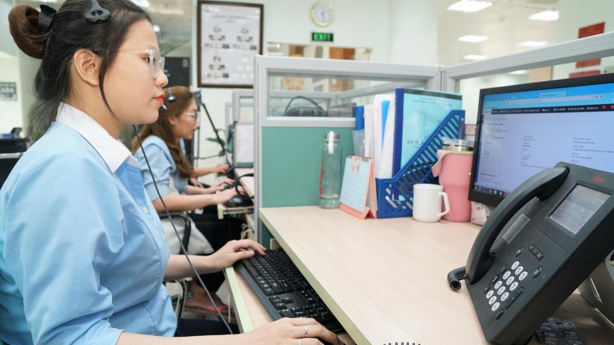 Nhân viên chăm sóc khách hàng EVNSPC trực 24/24 để giải đáp thắc mắc, hỗ trợ khách hàng sử dụng điện.