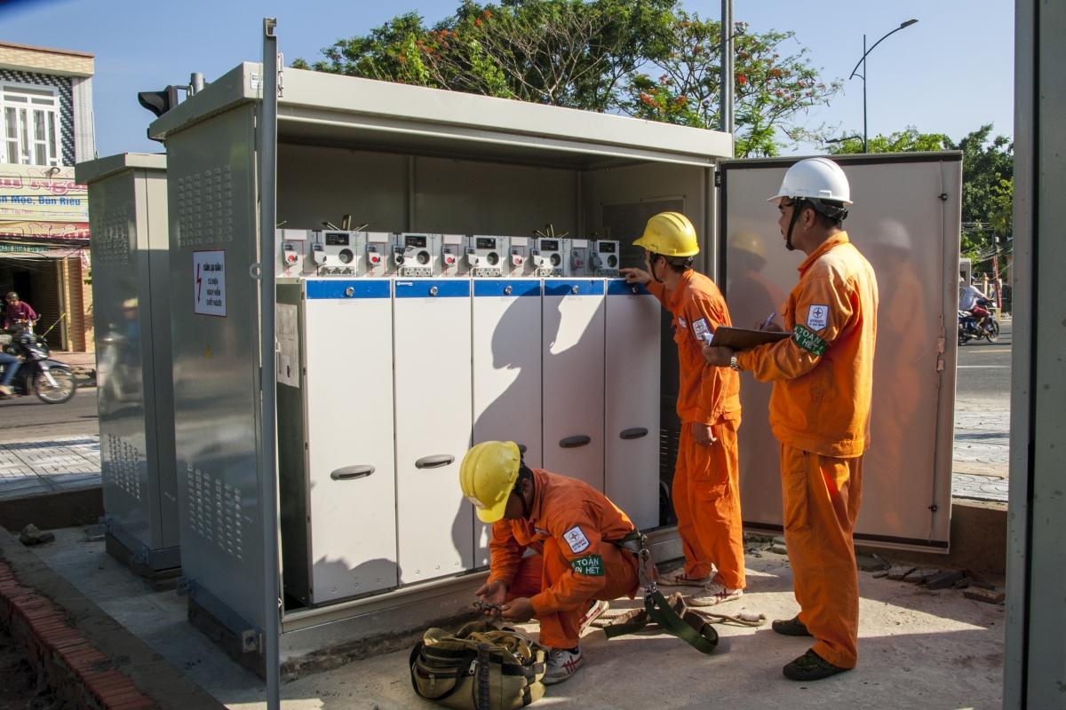 Các đơn vị điện lực phía Nam tăng cường kiểm tra, củng cố lưới điện nhằm tránh sự cố trong mùa mưa bão.