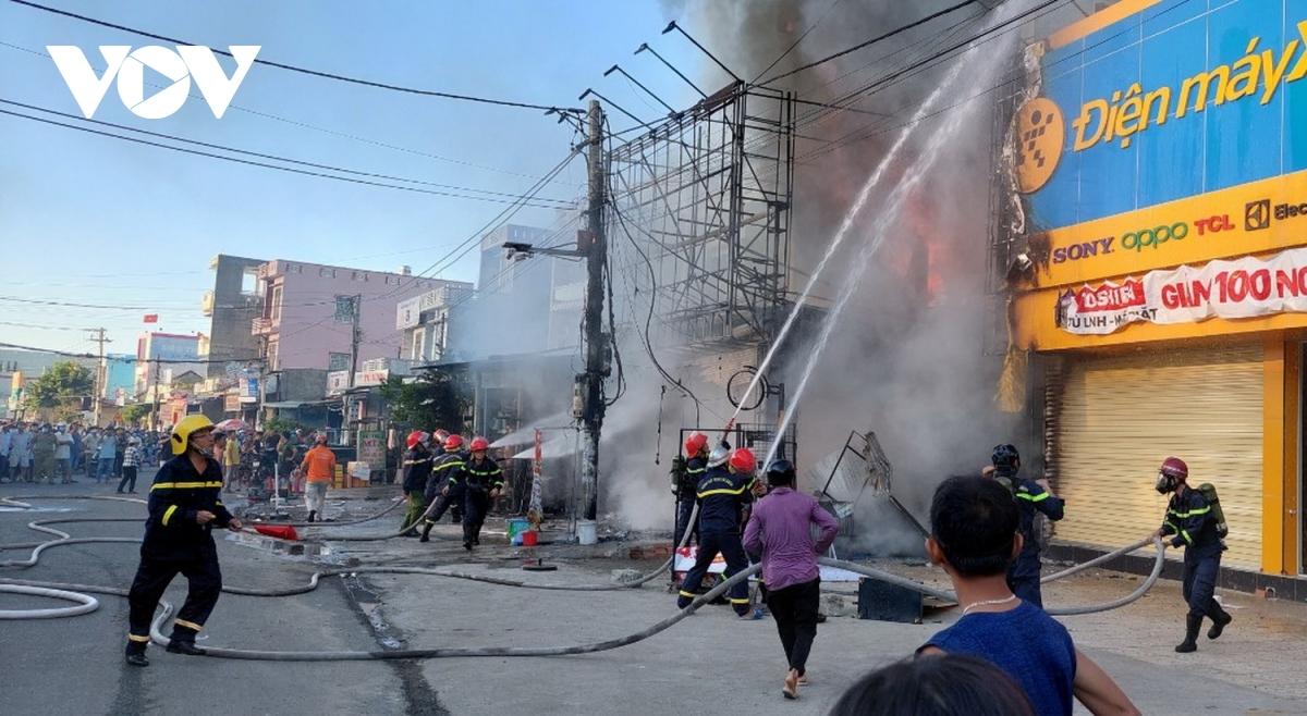 Cháy cửa hàng điện máy có rất nhiều người xem.