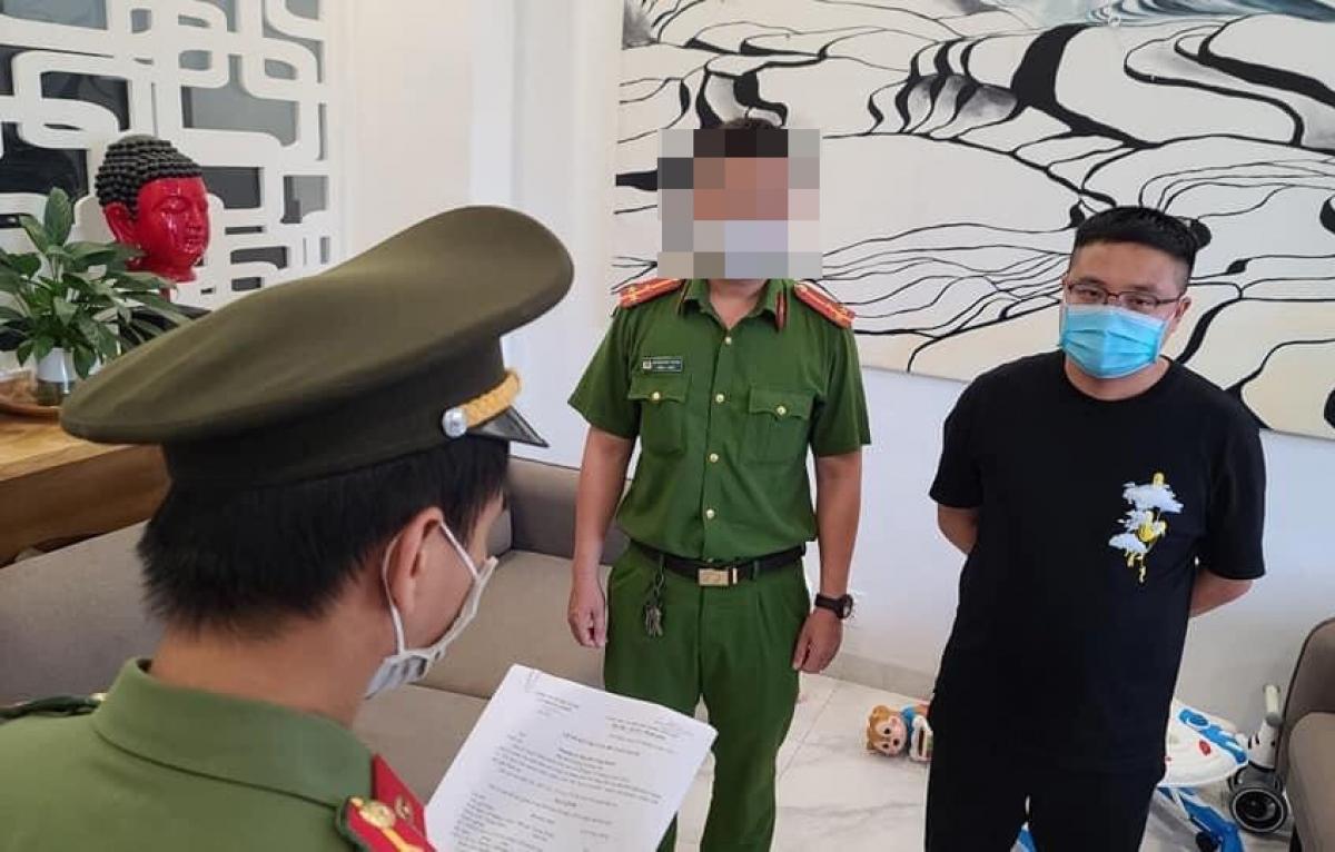 Đọc lệnh bắt giam Jiang Fei (áo thun đen).