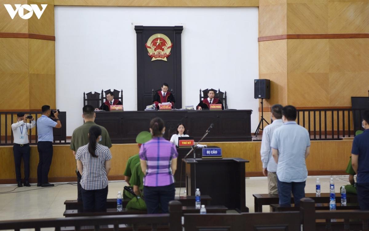 Hội đồng xét xử tiến hành khai mạc phiên tòa. (Ảnh: Trọng Phú)