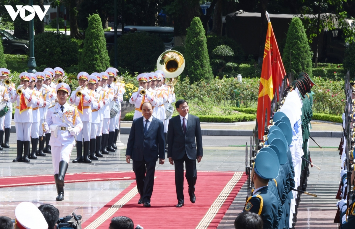 Chủ tịch nước Nguyễn Xuân Phúc mời Tổng Bí thư, Chủ tịch nước Lào duyệt Đội Danh dự Quân đội Nhân dân Việt Nam.
