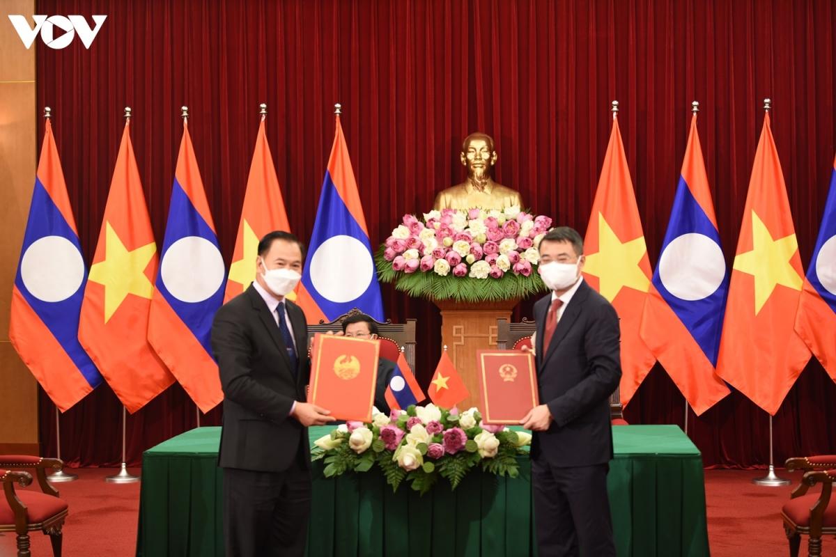 Sau hội đàm, Tổng Bí thư Nguyễn Phú Trọng cùngTổng Bí thư, Chủ tịch nước Lào -Thongloun Sisoulith đã chứng kiến lễ ký kết các văn kiện hợp tác giữa các Bộ, ban, ngành và tập đoàn lớn của Việt Nam với Lào.
