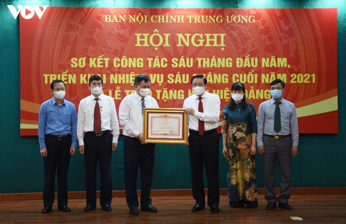 Trưởng Ban Nội chính Trung ương Phan Đình Trạc trao tặng bằng khen của Thủ tướng cho các tập thể, cá nhân xuất sắc của Ban Nội chính Trung ương. (Ảnh: Trọng Phú)