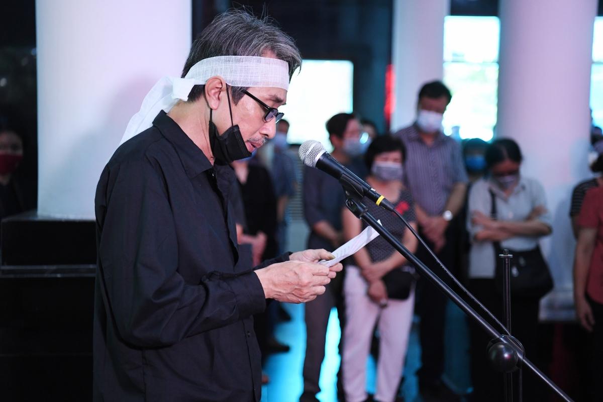 Con trai trưởng nhà văn Nguyễn Xuân Khánh đọc lời cảm tạ.