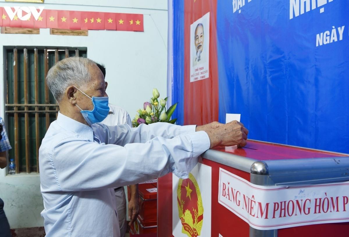 Ngày 6/6, cử tri xã Tráng Việt, huyện Mê Linh (Hà Nội) đã tiến hành việc bầu cử lại HĐND tại đơn vị bầu cử số 4 xã Tráng Việt. (Ảnh: Trọng Phú)