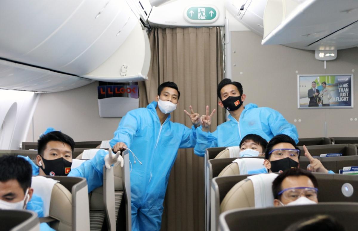 ĐT Việt Nam được bố trí ngồi tại khoang riêng biệt và mặc trang phục bảo hộ trong suốt hành trình bay. (Ảnh: VFF)