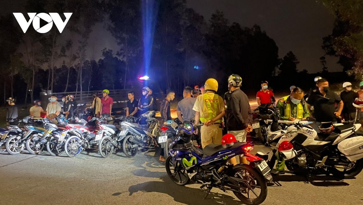 Công an thành phố Thủ Dầu Một, tỉnh Bình Dương lập biên bản xử phạt hơn 20 thanh thiếu niên tụ tập, điều khiển xe với tốc độ cao, lạng lách quanh thành phố mới Bình Dương. (Ảnh: Thiên Lý)