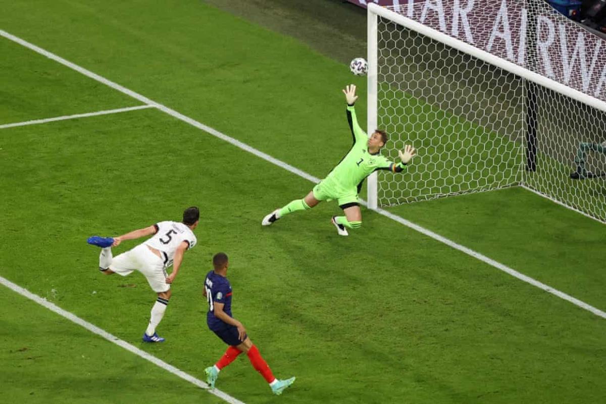 Nỗ lực ngăn chặn đường căng ngang của trung vệ Mats Hummels bất ngờ trở thành pha dứt điểm hiểm hóc, hạ gục thủ môn Manuel Neuer.
