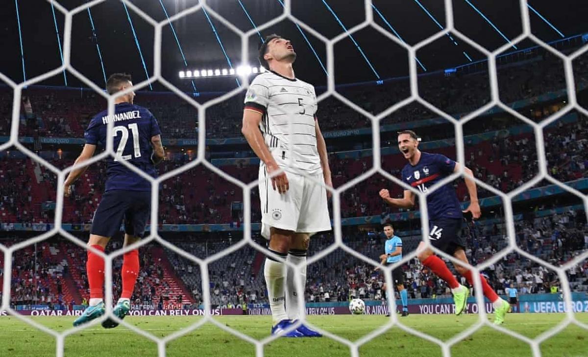 """Mats Hummels ngao ngán sau khi """"biếu không"""" cho Pháp bàn mở tỷ số ở phút 20."""
