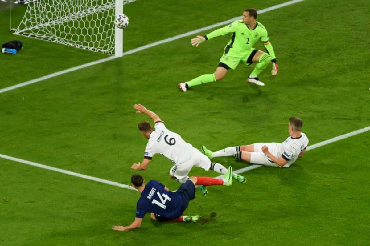Cột dọc cứu thua cho Đức sau cú dứt điểm cận thành của Adrien Rabiot.