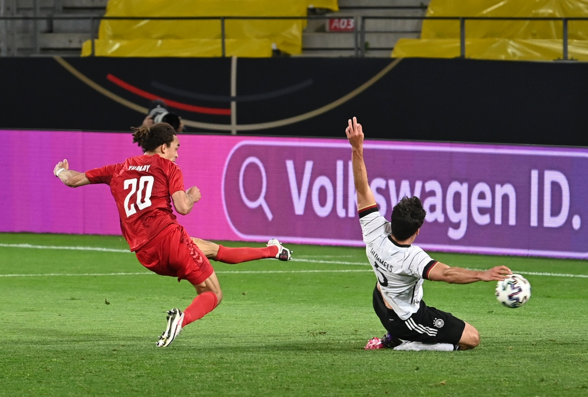 Yussuf Poulsen gỡ hòa cho Đan Mạch. (Ảnh: Getty)