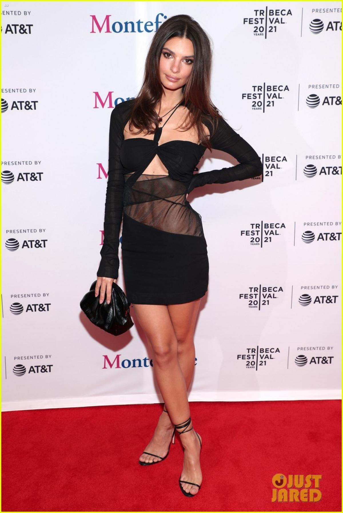 """Emily Ratajkowski trở thành """"tâm điểm"""" của sự chú ý khi xuất hiện tại Liên hoan phim Tribeca 2021 diễn ra ở New York hôm 13/6."""