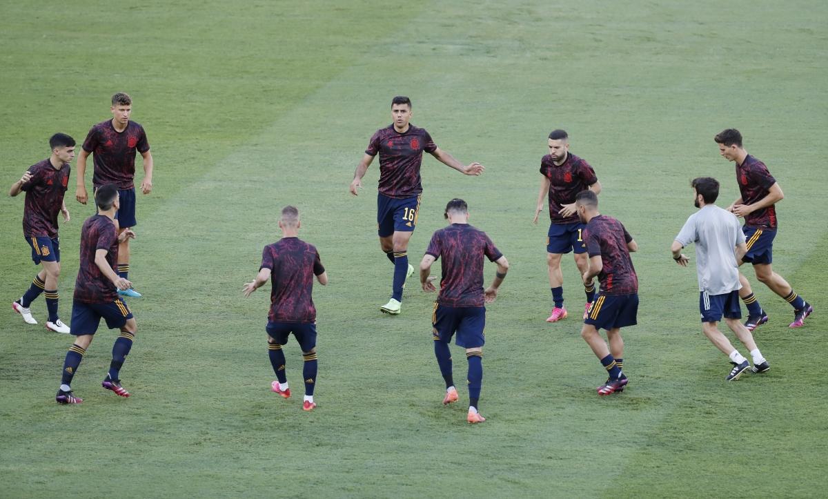 Các cầu thủ Tây Ban Nha khởi động trước trận. (Ảnh: Reuters).