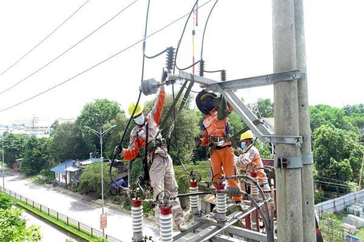 Nắng nóng gay gắt kéo dài đã làm các thiết bị trên lưới điện liên tục vận hành đầy tải, thậm chí quá tải ở một số thời điểm dẫn đến nguy cơ xảy ra các sự cố cục bộ trên lưới điện.