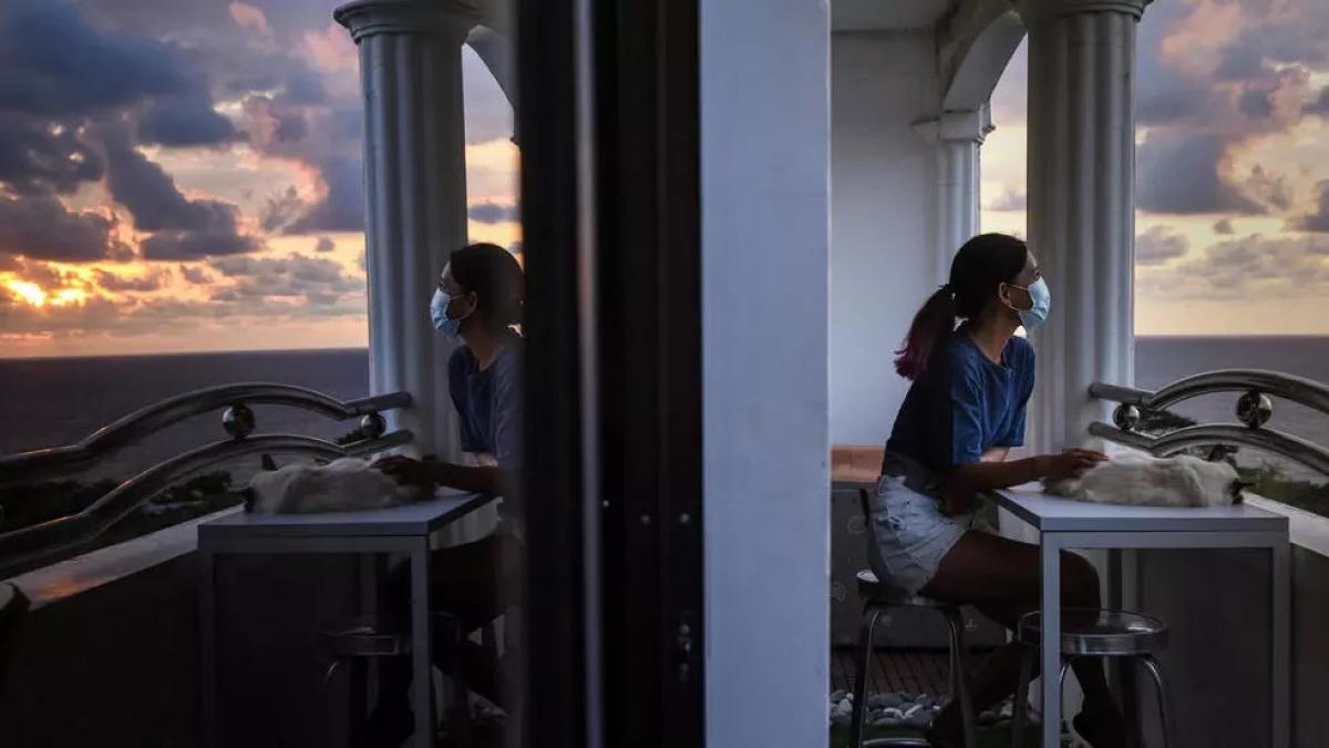 Tanya Mariano chuyển từ Manila để tới sống tại một khách sạn bên bờ biển tại San Juan. Nguồn: AFP