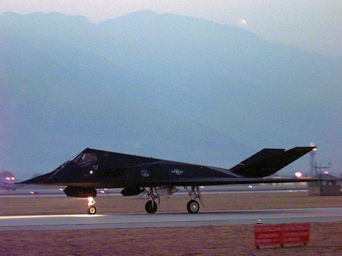 F-117 di chuyển trên đường băng tại căn cứ không quân Aviano ở Italy ngày 24/3/1999 trước khi thực hiện chiến dịch của NATO. Ảnh: Không quân Mỹ