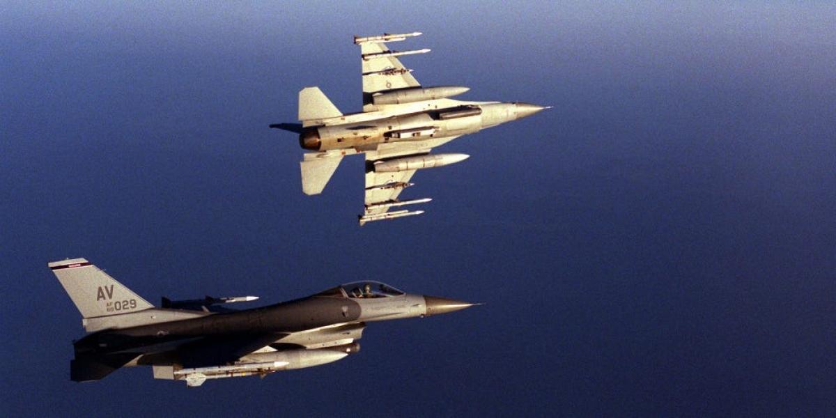 Tiêm kích F-16 thực hiện nhiệm vụ tuần tra trên không cho NATO ngày 3/5/1999. Ảnh: Không quân Mỹ
