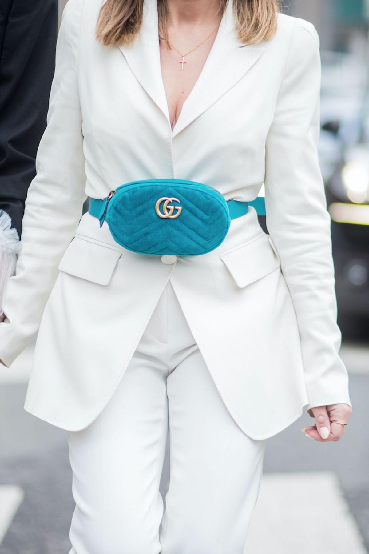 Túi bao tử: Nhận được nhiều chế giễu trong ngành thời trang, nhưng những năm 90, đây là 1 trong những món đồ xuất sắc khi có thể đựng được tất cả mọi thứ cần thiết. Ngày nay, chiếc túi đã quay trở lại, được Kendall Jenner lăng xê và trở thành phụ kiện không thể thiếu của các fashionista.