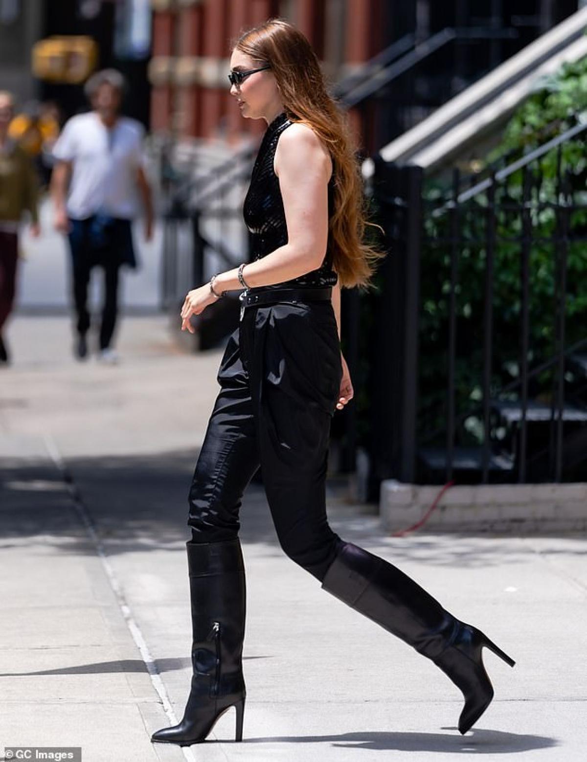 Siêu mẫu diện trang phục gợi cảm với áo và quần đen bó sát. Siêu mẫu đã nhanh chóng lấy lại dáng đẹp sau 9 tháng sinh con đầu lòng.
