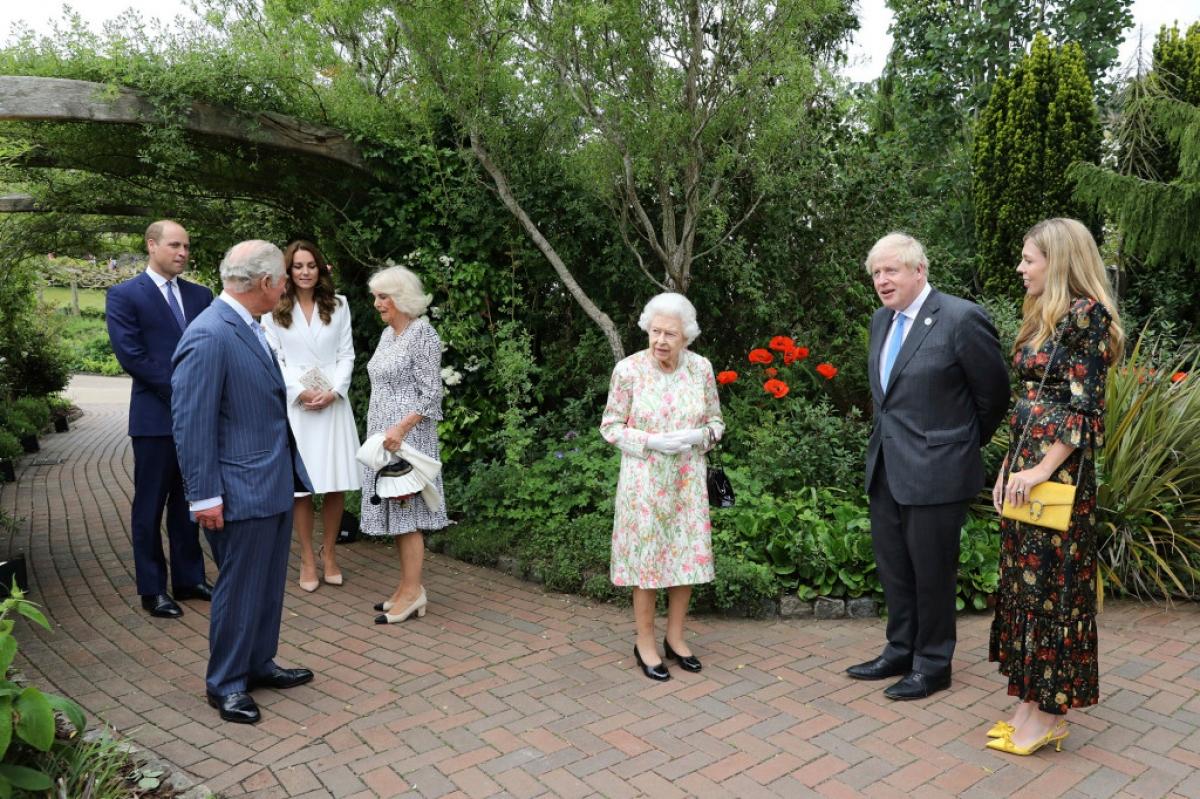 Nữ hoàng Elizabeth II, Thái tử Charles, Nữ Công tước xứ Cornwall Camilla, Hoàng tử William và Nữ công tước xứ Cambridge Catherinecùng Thủ tướng Anh Boris Johnson và phu nhân Carrie trong một buổi tiệc chiêu đãisau phiên họp đầu tiên của Hội nghị thượng đỉnh G7. Ảnh: AP