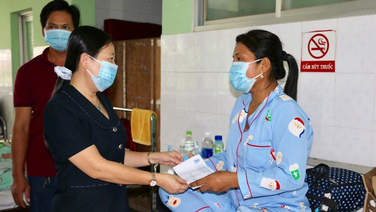 Liên đoàn lao động tỉnh hỗ trợ tiền cho gia đình công nhân mắc bệnh hiểm nghèo.