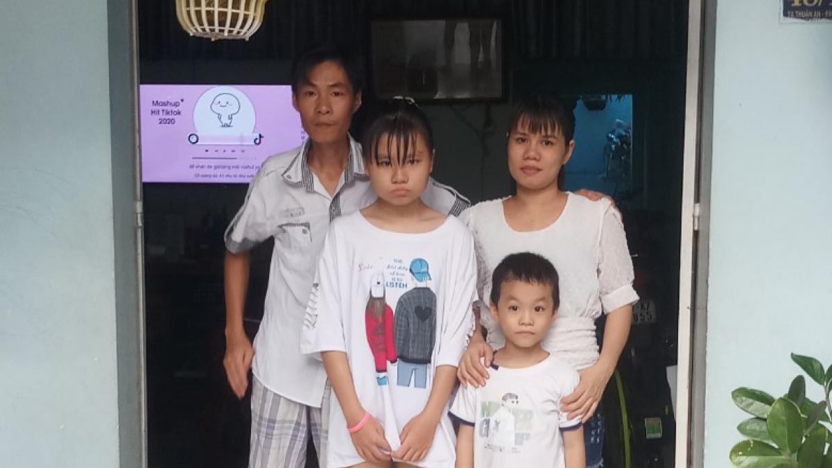 Vợ chồng chị Nguyễn Thị Hương công nhân Công ty TNHH Hài Mỹ-Nhà máy Sài Gòn gặp lại các con sau 21 ngày cách ly tập trung.