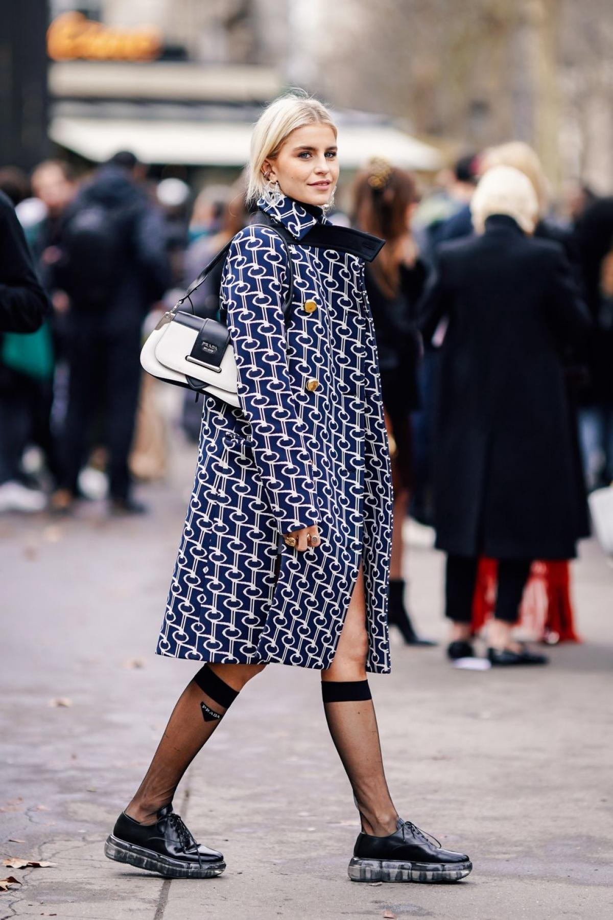 Tất đến đầu gối: Hình ảnh những cô nữ sinh trung học năm 90 mang tất gối là tạo hình nổi tiếng bởi Cher trong Clueless.Các thương hiệu thời trang cao cấp như Prada đã tạo ra một phiên bản mới, cập nhật xu hướng hiện đại.