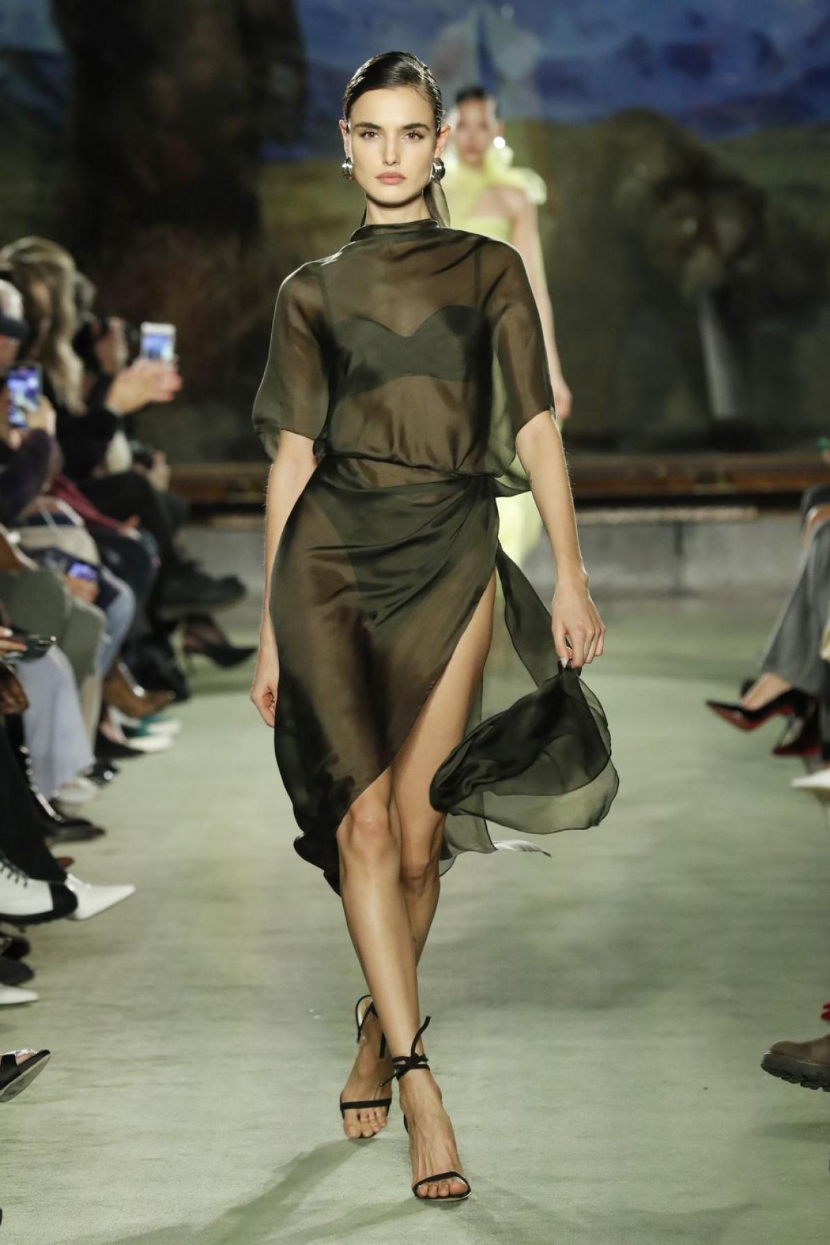 Váy xuyên thấu: Người yêu thời trang chắc hẳn không thể quênchiếc váy xuyên thấu mang tính biểu tượng của Kate Moss năm 1993. Chiếc váy này đã đi vào lịch sử thời trangnhưngxu hướng này đã trở lại.NTK Brandon Maxwell đã đem trở lại trang phục huyền thoại này vào BST Thu 2020 ở NYFW tháng 2.