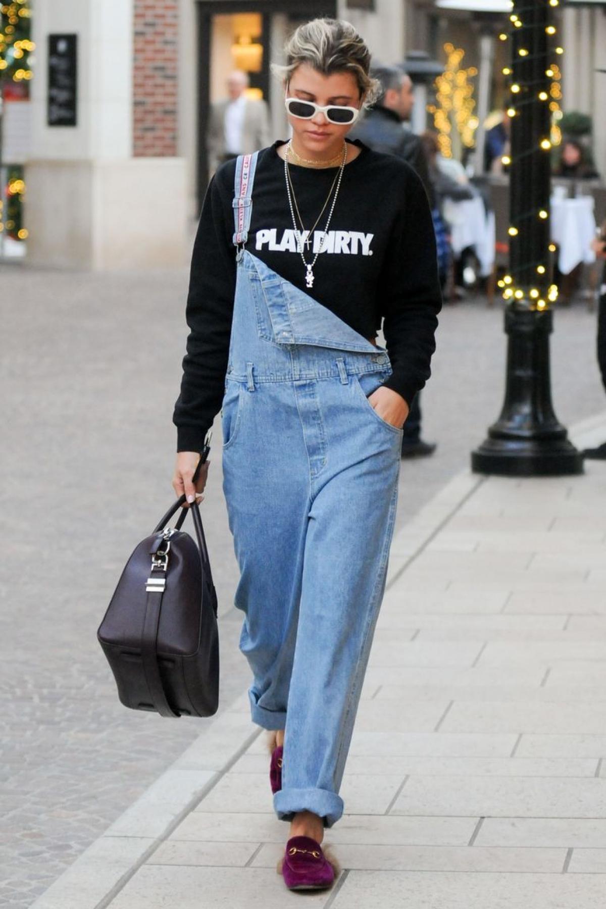 Quần yếm:Thiết kế này từng khiến giới thời trang phát sốt khi Mary Kate và Ashley Olsen diện trên TV. Và ngày nay cũng vậy, các nhà thiết kế đã tạo ra phiên bản hiện đại hơn, ấn tượng hơn như chiếc quần oversize của Sofia Richie diện dạo phố.