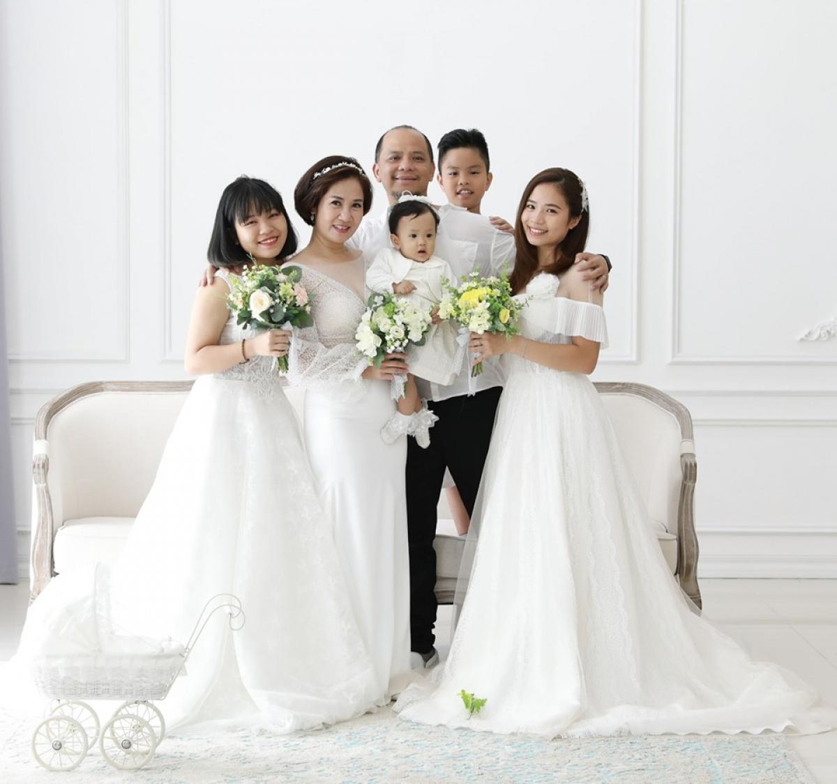 Gia đình hạnh phúc của Nguyệt Hằng và Anh Tuấn.