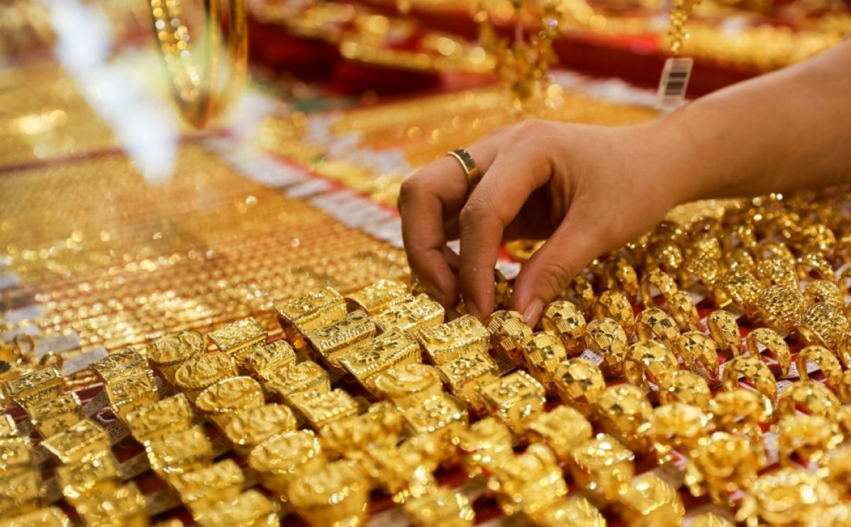 Giá vàng thế giới hiện thấp hơn giá vàng SJC bán ra 7,23 triệu đồng/lượng. (Ảnh minh họa: KT)