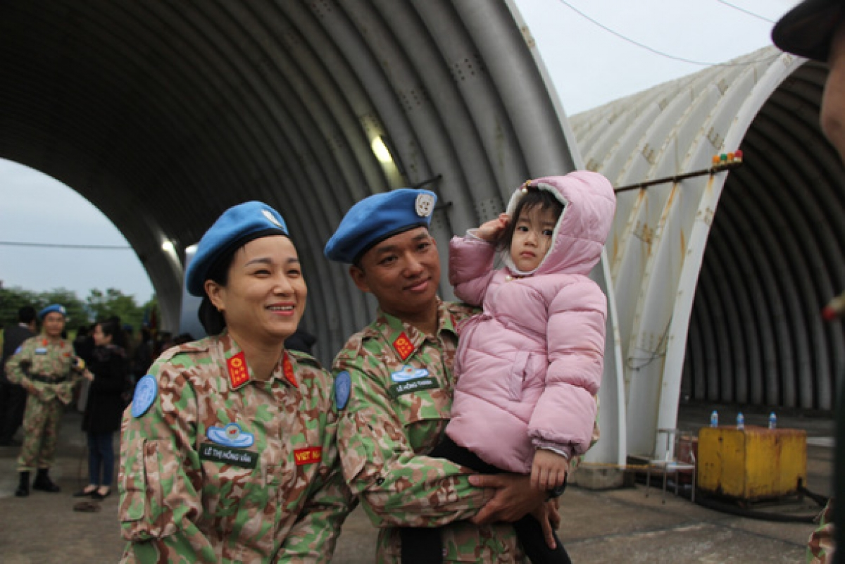 A photo captures a joyful moment between a Vietnamese family whose parents prepare to participate in a UN peacekeeping mission. (Photo: Ha Thanh)