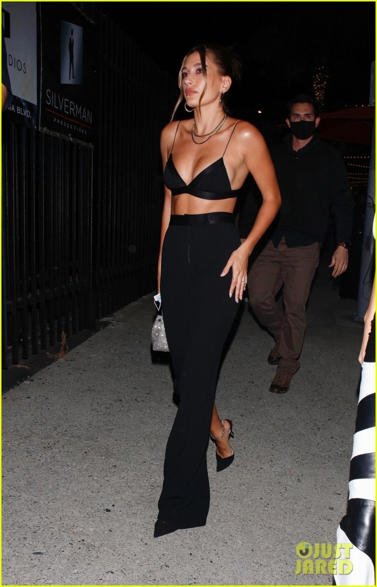 Mới đây, Hailey Baldwin và Kendall Jenner vui vẻ đi dự tiệc sinh nhật người bạn Stassie Karanikolaou tại nhà hàng sang trọng ở Los Angeles. Bà xã Justin Bieber diện đồ gợi cảm khoe dáng thanh mảnh.