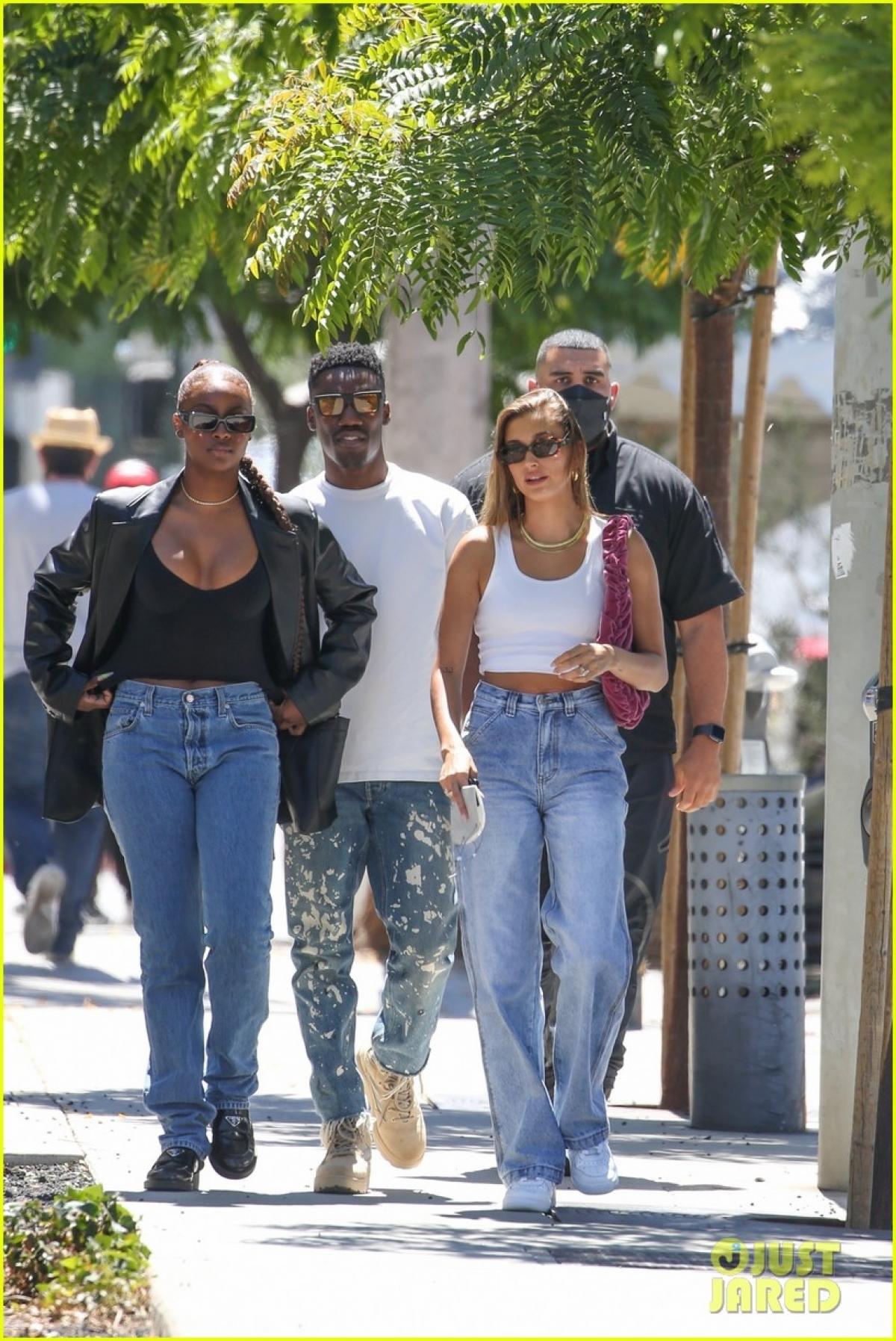 Ngày 10/6, Hailey Baldwin hào hứng đi ăn trưa cùng những người bạn ở California.